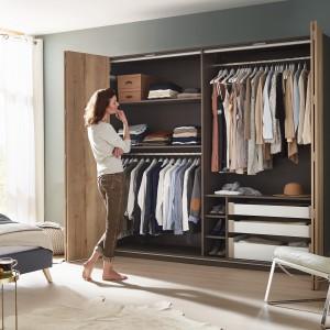 Zarówno drzwi prawej, jak i lewej strony szafy podczas otwierania