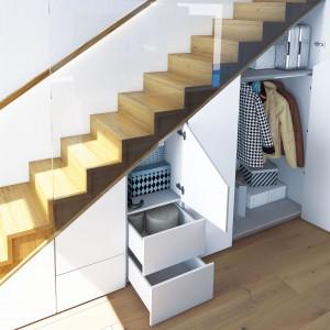 Nietypowe rozmiary takich miejsc, jak powierzchnie pod skosami czy wnęki o nieregularnych kształtach zainspirowały producentów do opracowania systemów do drzwi składanych. Fot. Hettich