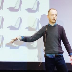 Igor Gałązkiewicz, ekspert w dziedzinie art brandingu, opowiadał o projektowaniu doświadczeń – przede wszystkim w kontekście zmieniającej się roli miejsc sprzedaży. Fot. Domoteka