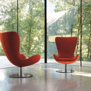 Fotel Wing swoją formą przypomina Egg Arne Jacobsena. Fot. Desiree