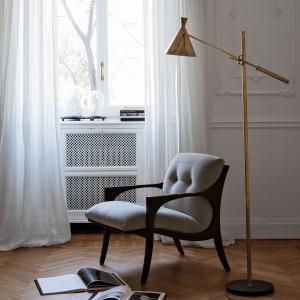 Fotel w stylu retro na charakterystycznie wygiętych nóżkach. Fot. Philippe Selva