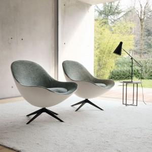 Minimalistyczne fotele o kubełkowatych kształtach. Fot. Desiree