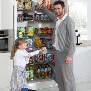 Stworzenie komfortowej strefy przechowywania wcale nie wymaga oddzielnego, przestronnego pomieszczenia. Wystarczy jedna duża szafka, by skryć cały kuchenny rozgardiasz. Fot. Rejs