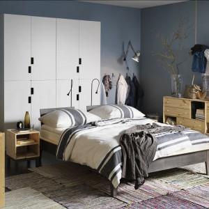 Nawet w niewielkiej sypialni można znaleźć miejsce na niezbędne sprzęty. Fot. IKEA