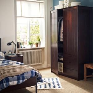 Mała sypialnia z klasyczną szafą. Fot. IKEA