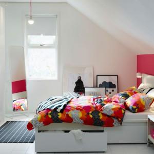 Skośny sufit dodaje przytulności sypialni. Fot. IKEA
