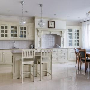 W przypadku mebli drewnianych liczą się detale wykończenia - nie tylko zewnętrzne, ale też ukryte w środku. Fot. Arino House