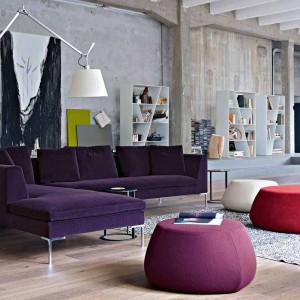 Fioletowa sofa, różowa pufy. Fot. B&B italia