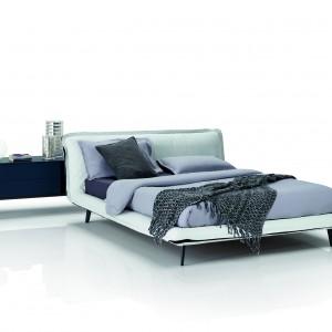 Łóżko z oferty włoskiej firmy Natuzzi jest połączone z pojemną komodą, która pełni rolę szafki nocnej. Fot. Natuzzi
