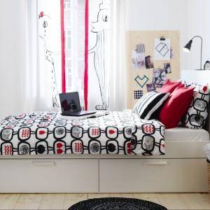 Łóżko Brimnes z miniregałem za wezgłowiem. Fot. IKEA