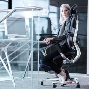 """Fotel hybrydowy """"Blue Bird"""" pozwala na przemienne siedzenie w klasycznej pozycji i klękosiadzie. Fot. Human+"""