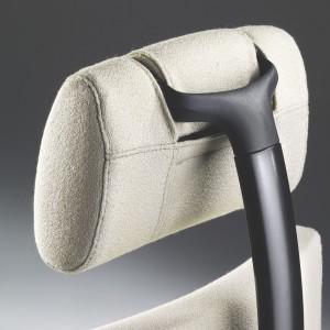 """Ruchome podparcie głowy użyte w fotelu """"Axia Smart Active"""" (Martela) korzystnie wpływa na kondycję kręgosłupa pracownika. Fot. Martela"""
