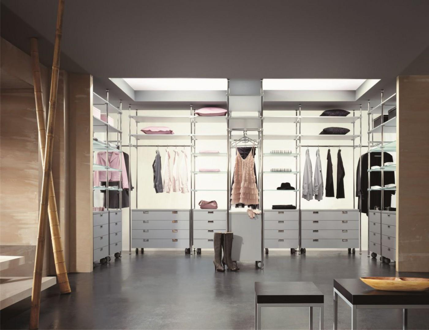 Otwarta garderoba jest rozwiązaniem funkcjonalnym i atrakcyjnym wizualnie. Fot. Komandor