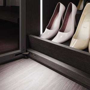 Ważnym elementem garderoby otwartej są półki na buty. Fot. Raumplus