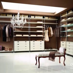 Garderoba dobrze zorganizowana. Fot. Komandor