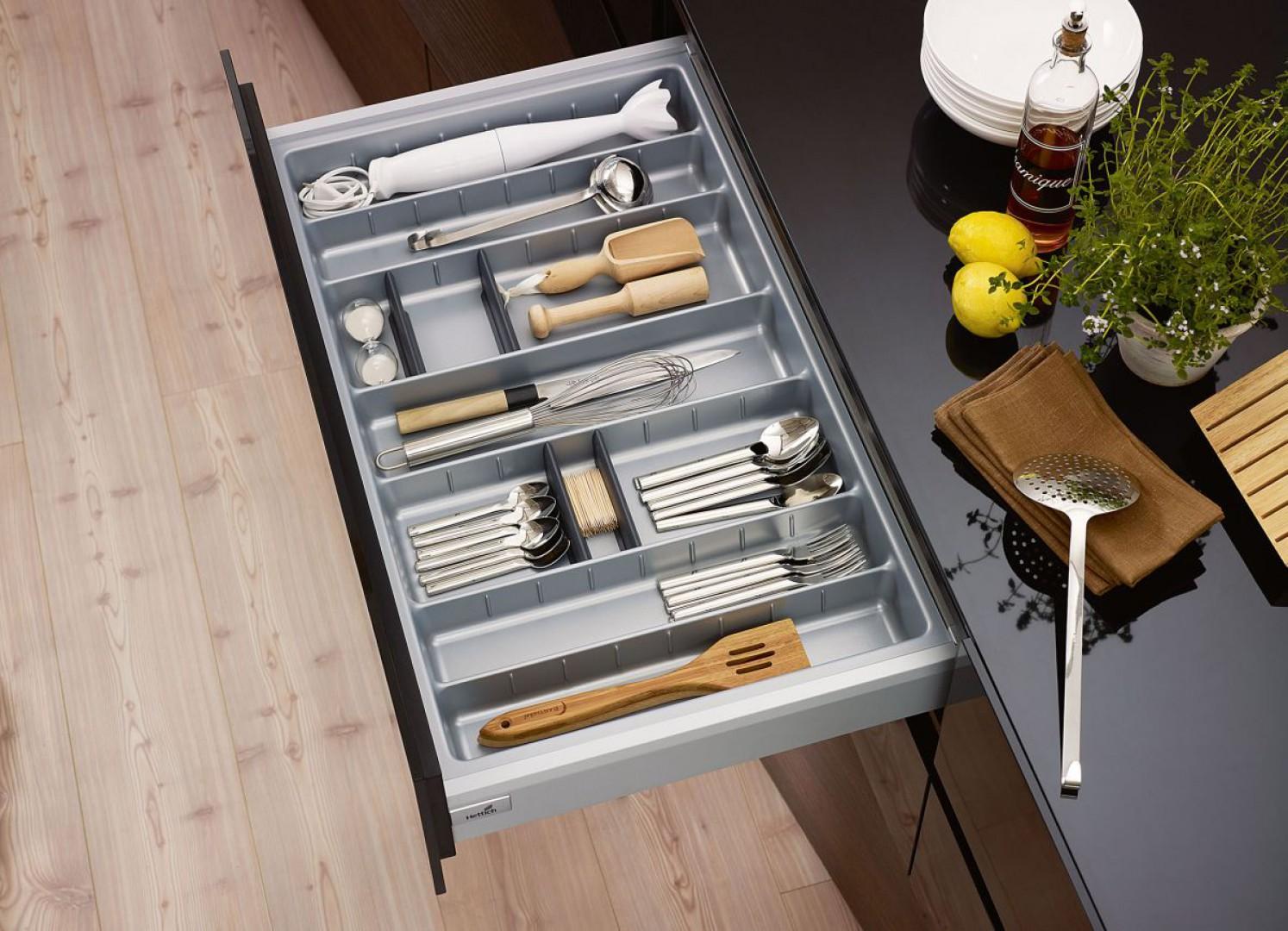 Sztućce i drobne akcesoria kuchenne muszą mieć swoje stałe miejsce w szufladzie, w zaprojektowanym do tego celu oragnizerze. Fot. Hettich