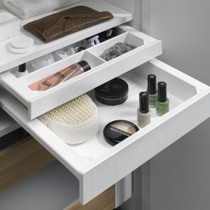 Zamiast jednej wysokiej szuflady, możemy zastosować dwie niskie, w których pogrupujemy kosmetyki i akcesoria łazienkowe. Fot. Hettich