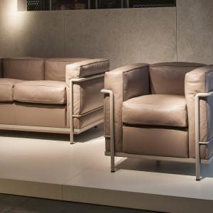 Fotel i sofa LC2 firmy Cassina. Projekt: Le Corbusier. Fot. Cassina