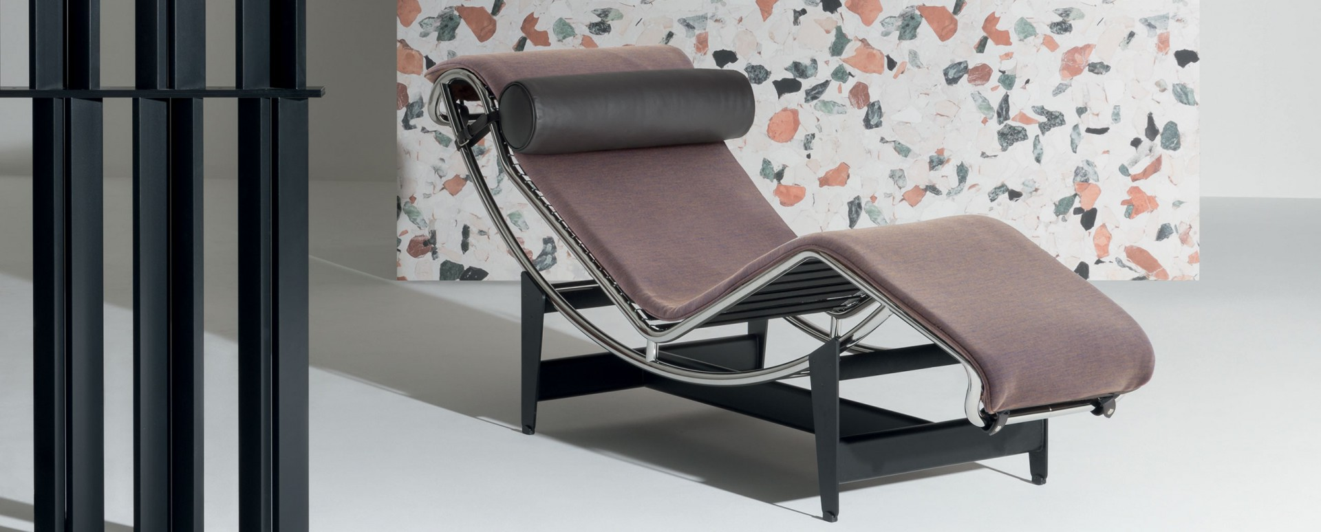 Szezlong LC4 firmy Cassina. Projekt: Le Corbusier. Fot. Cassina