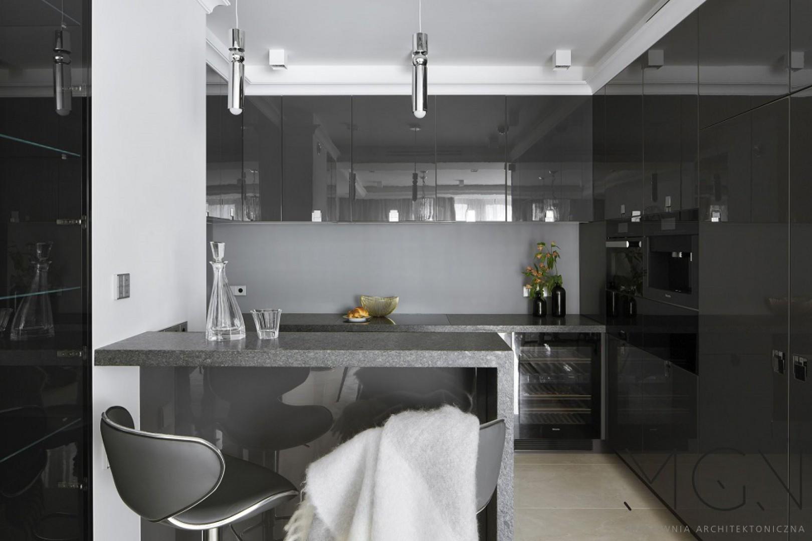 Kuchnia w różnych odcieniach szarości. Fot. MGN Pracownia Architektoniczna
