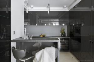 Modne trendy - czarne i grafitowe akcenty w nowoczesnej kuchni