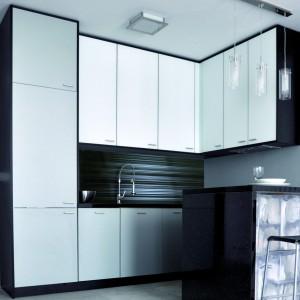 Montaż tafli szklanych nad blatem jest doskonałym sposobem na zmianę aranżacji kuchni. Fot. Rejs