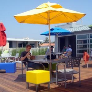 Strefa relaksu na zewnątrz budynku Google w Santa Monica. Fot. Google