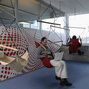 Nietypowe siedzenia w siedzibie Google w Zurychu. Fot. Google