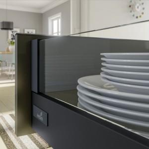 Szkło bardzo efektownie prezentuje się we wnętrzu mebli, jako wykończenie boków szu-flad w połączeniu z tworzywem w modnych kolorach czy drewnem. Fot. Hettich
