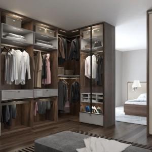 Najnowszym trendem w projektowaniu garderób jest stosowanie różnych kombinacji drzwi uchylnych i przesuwnych. Fot. Komandor