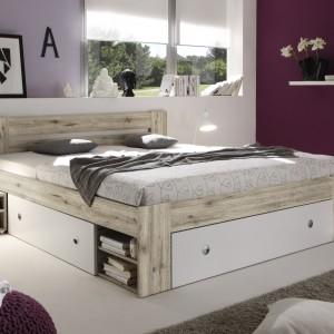 Łóżko Stefan wyposażone w liczne schowki i półki. Fot. BRW