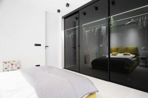 Drzwi przesuwne w minimalistycznym apartamencie w Krakowie - realizacja