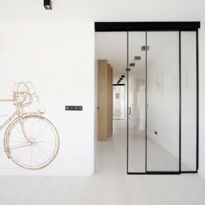 Konsekwentna minimalistyczna stylistyka i chęć zachowania wrażenia otwartej przestrzeni zadecydowały o zamontowaniu w dwóch miejscach apartamentu drzwi przesuwnych. Fot. Piotr Lipecki