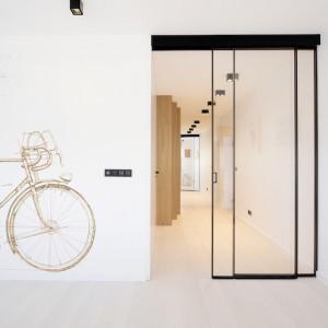 Czarna, aluminiowa rama jest prosta i bardzo delikatna, idealna do wnętrz minimalistycznych. Fot. Piotr Lipecki
