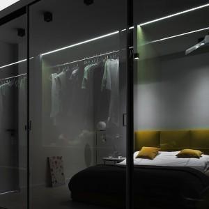 W sypialni drzwi przesuwne zastosowano jako zamknięcie obszernej szafy. Fot. Piotr Lipecki