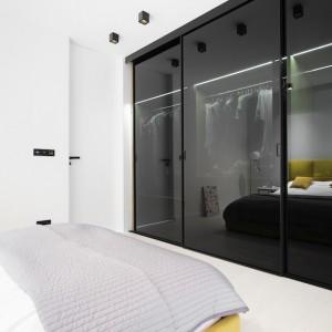 Grafitowy kolor szkła pasuje do stonowanej kolorystyki całego apartamentu. Fot. Piotr Lipecki