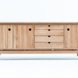 Komoda z naturalnego drewna i sklejki okleinowanej, w stylu skandynawskim. Fot. Swallow's Tail Furniture