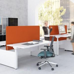 """Biurka z regulowaną wysokością blatu pozwalają na szybką zmianę funkcji miejsca pracy: Na zdjęciu: biurko """"Drive"""" firmy MDD. Fot. MDD"""