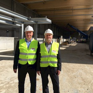 Przedstawiciele władz miasta, regionu i WMSSE odwiedzili teren budowy fabryki Egger. Fot. Egger
