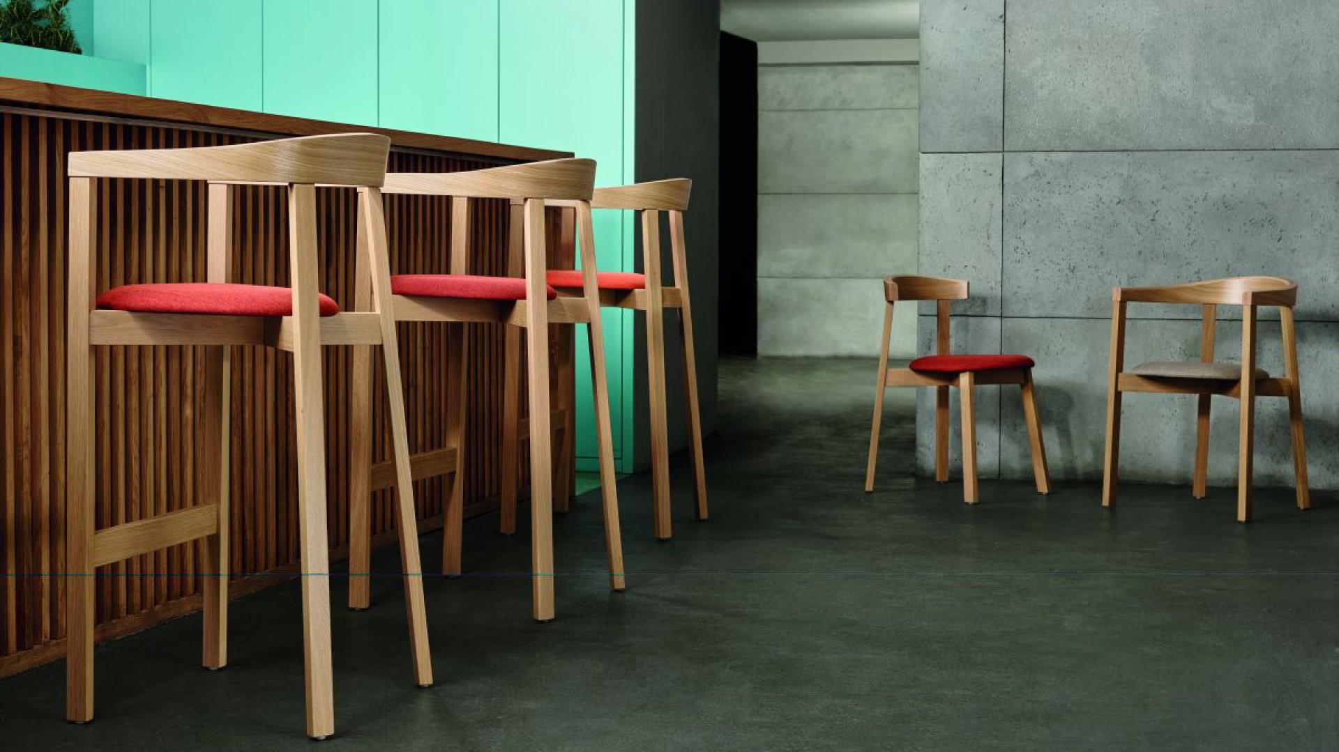 Designerskie stołki barowe - jak wyposażyć domowy bar