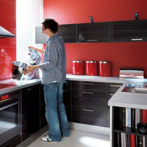 W roli umownej granicy między kuchnią a salonem sprawdzą się na przykład otwarte półki. Fot. Black Red White