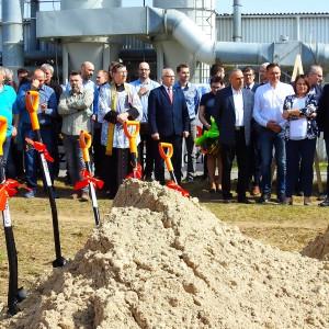 Inwestycję zainaugurowało uroczyste wbicie pierwszej, symbolicznej łopaty, które odbyło się 12 kwietnia 2018 roku.  Fot. Szynaka Meble