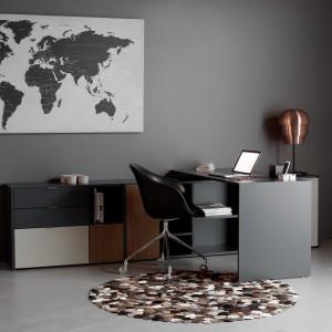 W XX wieku czerń stała się synonimem wyrafinowanego smaku, luksusu i elegancji. Fot. BoConcept