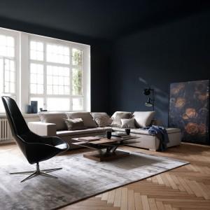 Meble mogą być w całości czarne lub też mieć tylko elementy w tym kolorze, np. blaty stołów, nóżki lub siedziska krzeseł, pojedyncze fronty regałów bądź wypełnienia półek. Fot. BoConcept