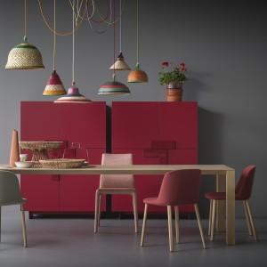 Stół z litego drewna, o lekkiej formie. Fot. Pianca