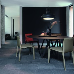 Stół włoskiej marki Natuzzi, w którym wykorzystano ciekawy pomysł na podstawę. Fot. Natuzzi
