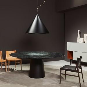 """Minimalistyczny stół """"Materic"""" zaprojektowany przez Piero Lisoniego. Blat wykonano z marmurowej płyty. Fot. Porro"""