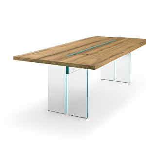 Niezwykłe zestawienie materiałów w modelu stołu marki Fiam – wizualnie dość ciężki drewniany blat wsparty został na niemal niewidocznych szklanych ściankach. Fot. Fiam