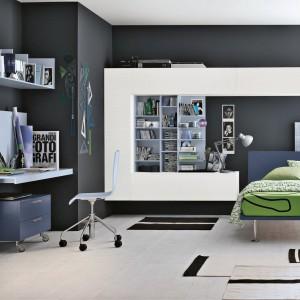 Łóżko na wysokich nóżkach wygląda lekko i nowocześnie, pasuje do modnego wnętrza. Fot. Tomasella