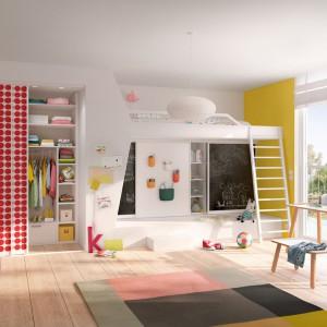 Piętrowe łóżko jest tu elementem całej zabudowy wnętrza na wymiar. Fot. Raumplus